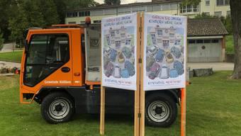 Den Raum zur und um die Schule für Kinder freigeben: Plakate vor der Schule Kölliken animieren, das Kind zu Fuss zur Schule zu schicken.