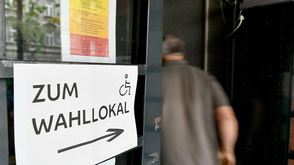 Ein Wähler betritt ein Wahllokal in einer Schule in Wien. Foto: Roland Schlager/APA/dpa