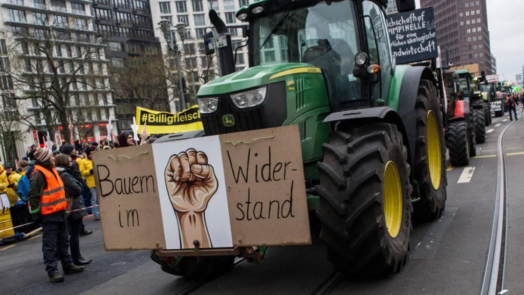 Angeführt von 130 Traktoren demonstrieren in Berlin Tausende gegen die Agrar-Industrie.