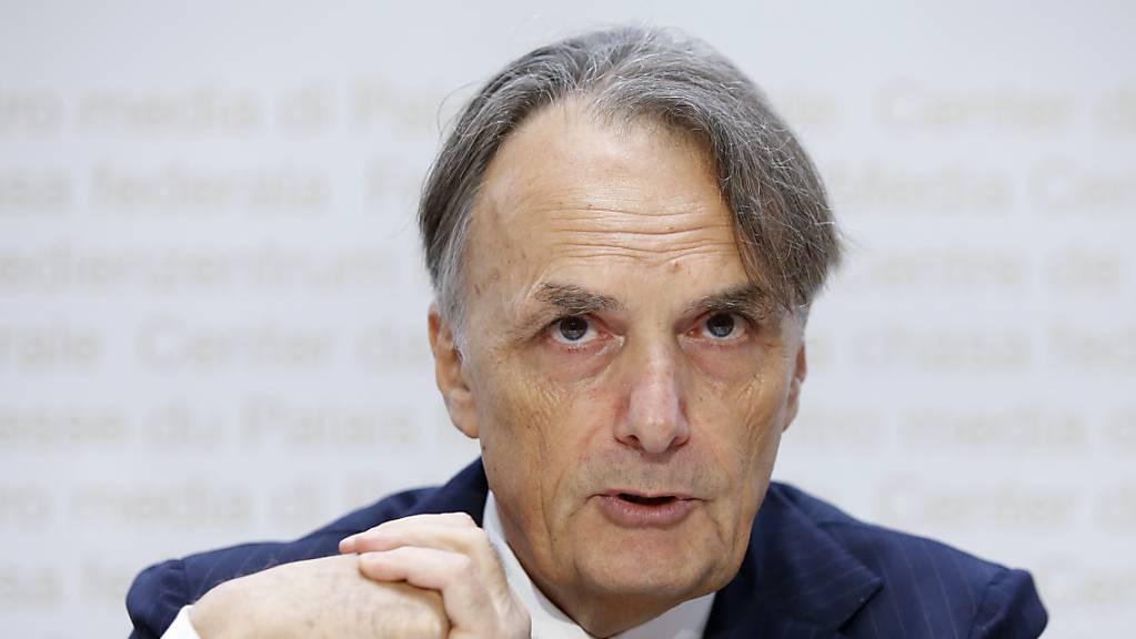 Staatssekretär Mario Gattiker erläutert vor den Medien, warum der Bund zwei Asylzentren stilllegt.