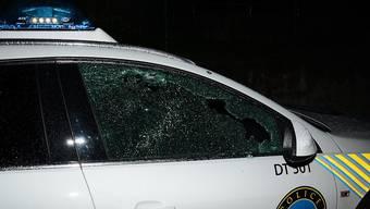 Das durch die Schüsse eines Villenbesitzers beschädigte Polizeifahrzeug. Der Mann hatte die Polizei in La Conversion VD während über vier Stunden in Atem gehalten. (Bild: Waadtländer Kantonspolizei)