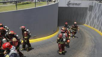 Feuerwehrleute beim Einsatz im Einkaufszentrum Larcomar.