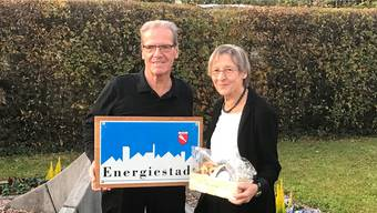 Hugo Sacher, Präsident der Energiekommission, verabschiedete die abtretende Energiestadt-Beraterin Regula Bachmann.