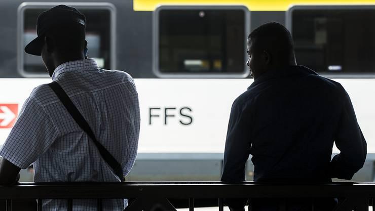 Migranten warten in diesem Sommer im Bahnhof Chiasso auf einen Zug Richtung Norden.