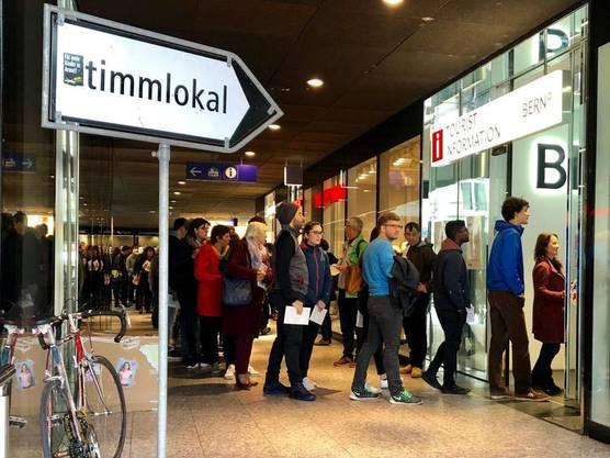 Der Andrang an den Wahllokalen der grossen Schweizer Bahnhöfe war eindrücklich.
