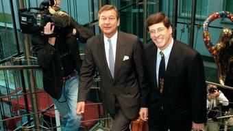 Dieses Bild blieb haften: Marcel Ospel (links), der Chef des Bankvereins, und Mathis Cabiallavetta, der Chef der Bankgesellschaft, geben am 8. Dezember 1997 die Grossfusion bekannt.
