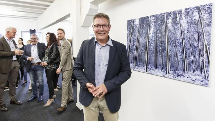 Roland Fürst vor der «Strichcode» betitelten Fotografie, einem von 42 seiner Werke, die bis am 16. Juli bei Bromer Kunst in Roggwil ausgestellt sind.