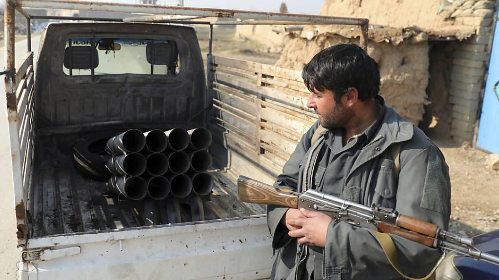 Ein afghanischer Sicherheitsbeamter steht im Dezember 2020 in Bagram, nördlich von Kabul. Foto: Rahmat Gul/AP/dpa