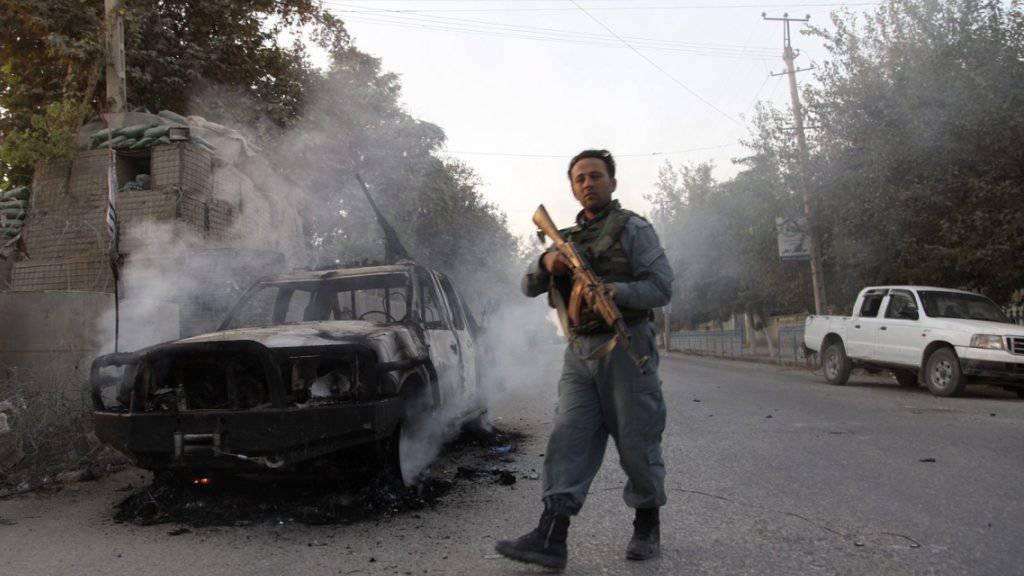 Mitglied afghanischer Sicherheitskräfte auf dem Weg ins Zentrum von Kundus