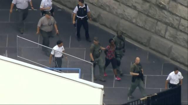 Auto rast in Menschenmenge – Frau klettert auf Freiheitsstatue – Viral-Video des FC Widnau
