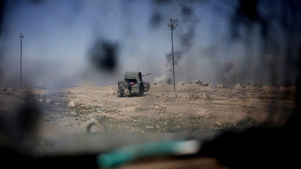 Irakische Truppen feuern nahe Mossul von einem «Humvee»-Fahrzeug aus auf IS-Stellungen.