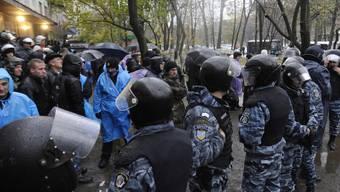 Die Polizei stellt sich in Kiew zwischen Anhänger Janukowitschs und Anhänger der Opposition