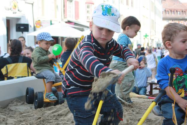 Am riesigen Sandkasten hatten die Kinder grosse Freude