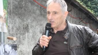 Maître fromager Rolf Beeler informiert das Chästag-Publikum über die angebotenen Spezialitäten.