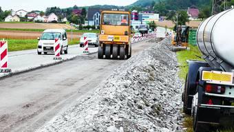 Recycling: Die am rechten Strassenrand angehäuften Überreste der herausgefrästen Betonplatten werden als Verstärkung in die bestehende Kofferung eingebaut. (Bild: Hansruedi Aeschbacher)