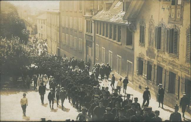 Die Kinderschar zieht den Ziegelrain hinauf (1914).