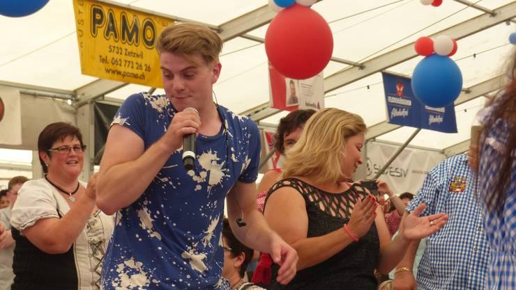 Vincent Gross begeisterte seine Fans. Hier tanzt er mitten im Publikum.
