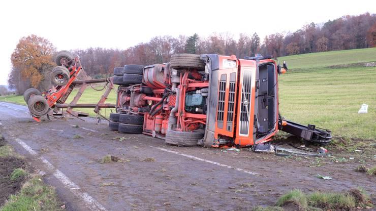 Im luzernischen Aesch ist ein Lastwagen bei einem Selbstunfall zur Seite gestürzt. Verletzt wurde niemand, der Sachschaden beträgt rund 110'000 Franken.