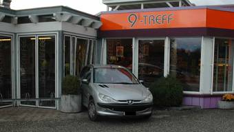 Auto fährt in Grenchen in Café
