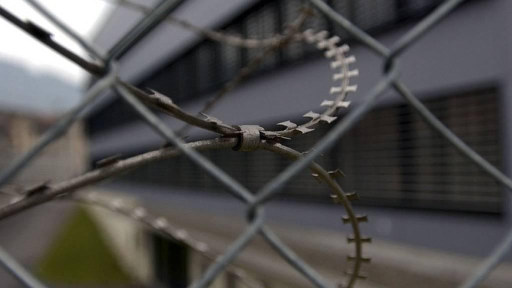 Stacheldraht vor einem bernischen Regionalgefängnis: Der 76-jährige Mann, der 2011 in Worb BE einen Knaben totfuhr, muss trotz gesundheitlicher Beschwerden ins Gefängnis. (Archvbild)