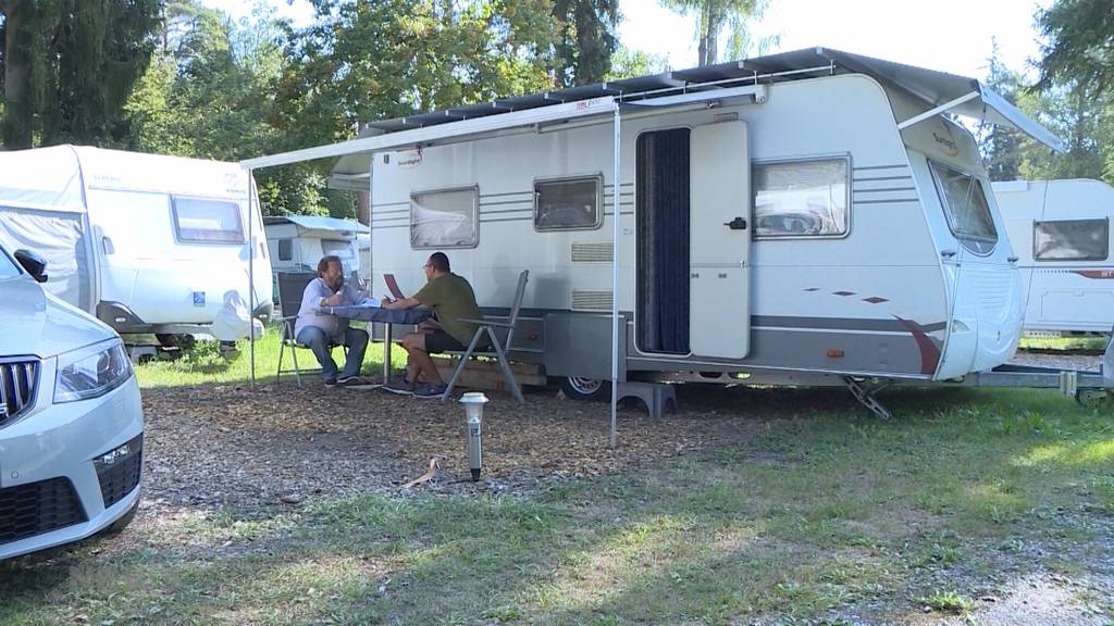 Madeleine Amstutz und Evi Allemann über den Campingplatz Gampelen
