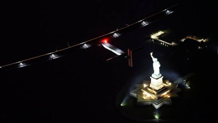 """Ein symbolträchtiger Moment: Die """"Solar Impulse 2"""" dreht ihre Runden über der Freiheitsstatue."""