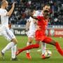 2:0-Torschütze Denis Zakaria (in Rot) kämpft um den Ballbesitz – links Ex-FC-Luzern-Spieler Valerian Gwilia.