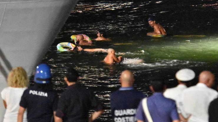Aktivisten zeigen ihre Solidarität mit den Migranten und versuchen das Schiff zu erreichen.