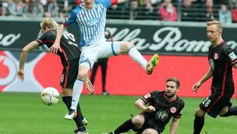 Zweikampf gewonnen: Hoffenheims Fabian Schär (re.) setzt sich gegen Eintracht Frankfurts Stefan Aigner durch.