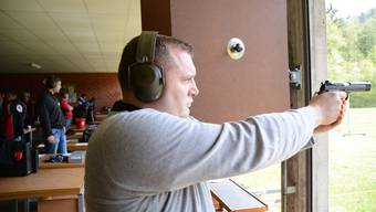 Pistolenschütze Gregor Forster zielt auf die 50-Meter-Scheibe: «Die Haltung ist wichtig, ebenso die Atmung und die Tagesform.»