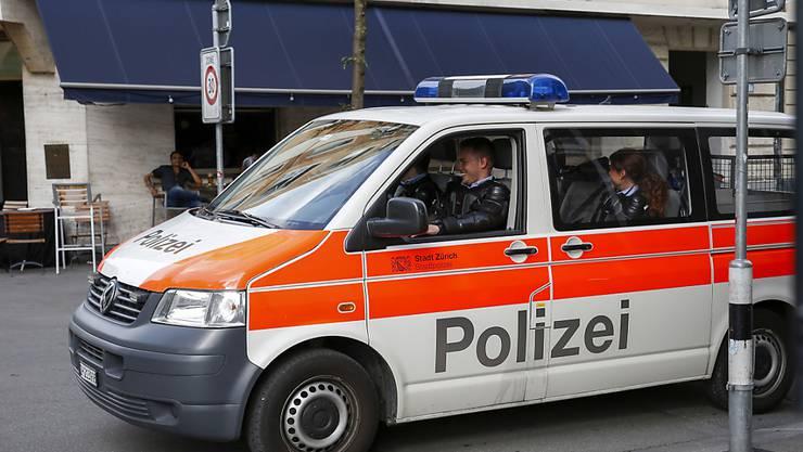 Wegen einer Bombendrohung ist die Polizei am Freitagabend in Zürich mit einem Grossaufgebot ausgerückt. (Archivbild)