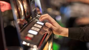 IN neun Lokalen im Bezirk Dietikon wurden Glücksspiel- und Gastronomiekontrollen durchgeführt. (Symbolbild)