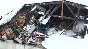 Schnee zu schwer: Dieses Einstellhallendach in Altstätten SG ist womöglich wegen der Last des nassen Schnees teilweise eingebrochen.