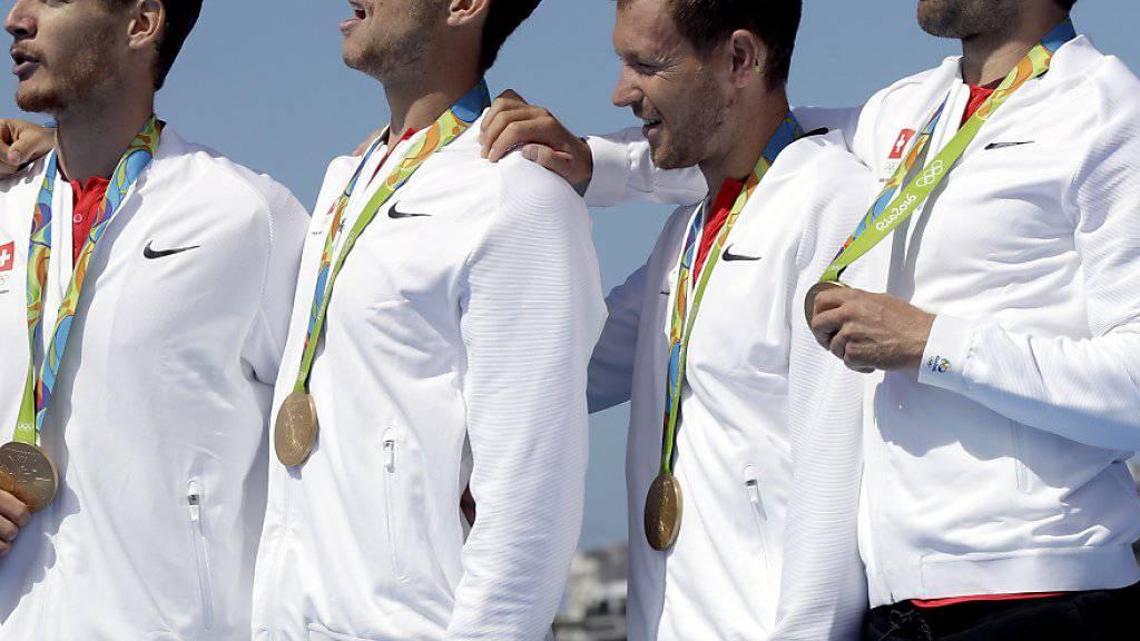 Lucas Tramèr, Simon Schürch, Simon Niepmann und Mario Gyr (v.l.n.r.), während der Siegerehrung an den Olympischen Spielen in Rio de Janeiro