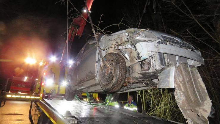 Unterkulm AG, 17. Januar: Weil ein Fuchs die Strasse kreuzte, setzte der 19-jährige Autolenker zur Vollbremsung an. Dabei geriet das Auto von der Strasse, prallte in die Böschung, überschlug sich und rutschte 50 Meter einen steilen Hang hinunter. Alle drei Insassen wurden leicht verletzt. Am Auto entstand ein Totalschaden.