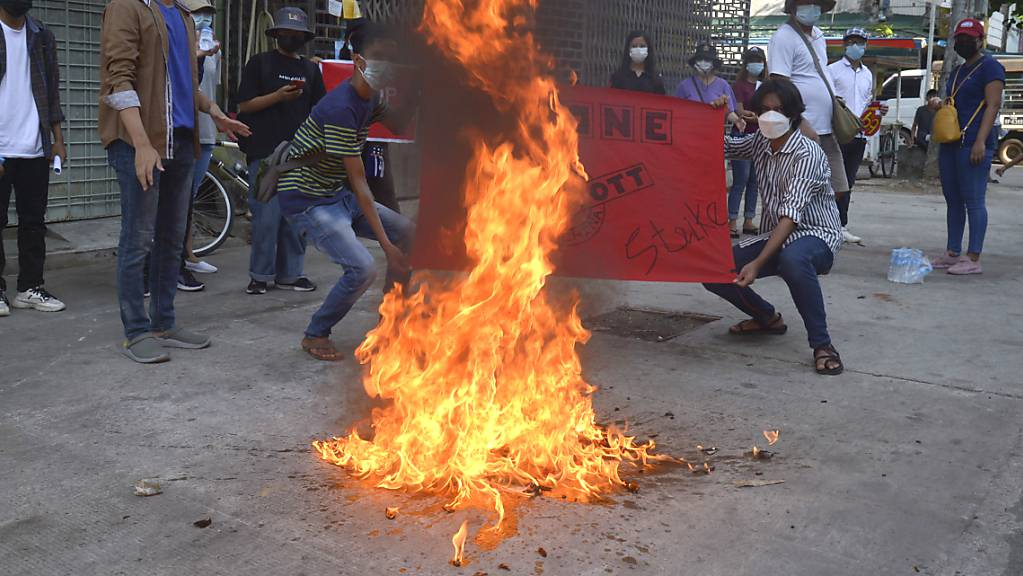 Bei den anhaltenden Protesten gegen die Militärjunta in Myanmar gibt es immer wieder Tote. Foto: Uncredited/AP/dpa/Archivbild