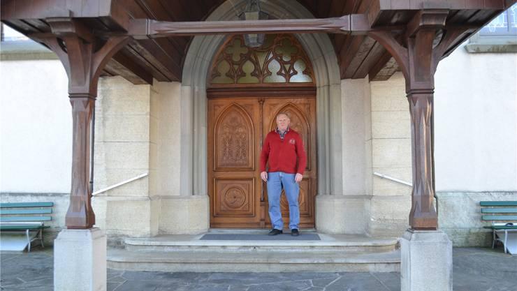 Kirchenpflegepräsident Arnold Schori vor dem Eingang in die Kirche. Lee