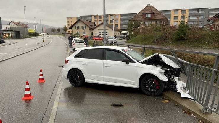 Ein 22-jähriger Neulenker beschleunigte seinen Audi derart stark, dass er die Kontrolle über seinen Wagen verlor und ein Geländer rammte.
