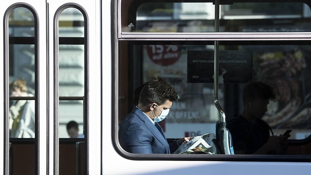 Weiter gilt keine Maskentragpflicht im öffentlichen Verkehr. Die Kantone werden die Lage in den kommenden Tagen aber weiter beobachten. (Archivbild)
