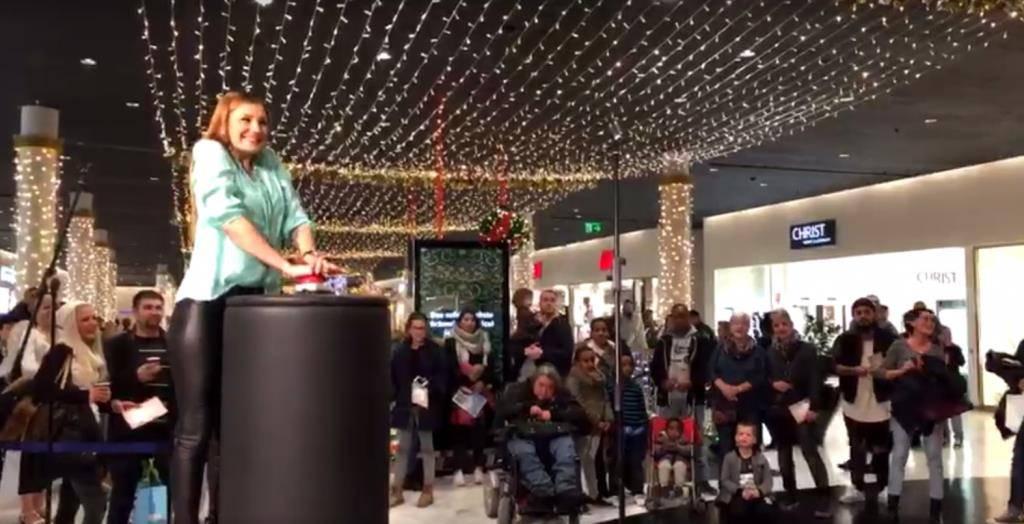 Grosser Moment für die Bachelorette: Eli Simic macht in der Shopping Arena das Licht an.
