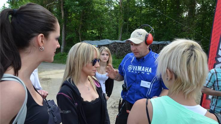 Beat Gassmann instruiert die Grid-Girls für ihren Auftritt am Startbalken.