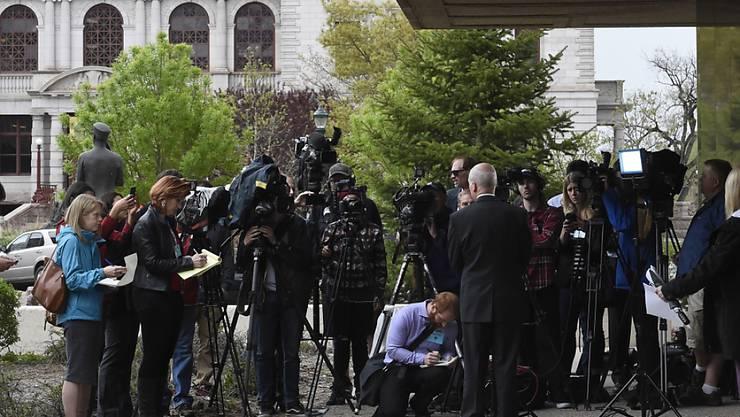Der Staatsanwalt gibt Medienvertretern Auskunft nach einer Anhörung des Mannes, der in einer Abtreibungsklinik in Colorado drei Menschen erschossen haben soll. Nach Ansicht des Gerichts ist der 57-Jährige nicht schuldfähig.