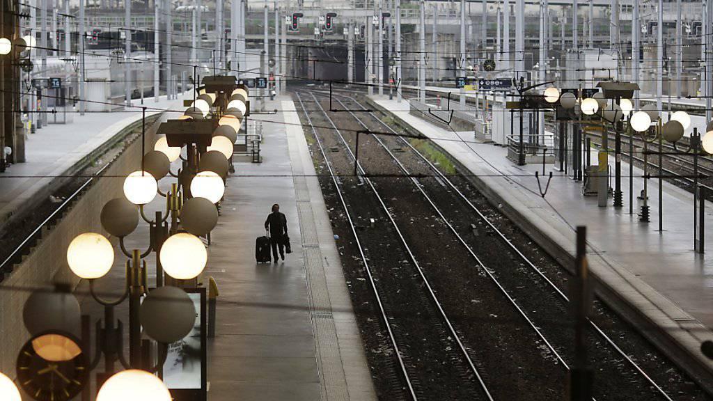 Der Bahnverkehr in Frankreich wird weiter bestreikt (Archiv)
