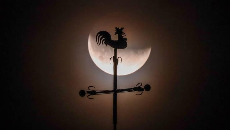 Der Hahn auf dem Kirchturm Muttenz kräht den Vollmond an, der eine partielle Finsternis durchmachen muss.