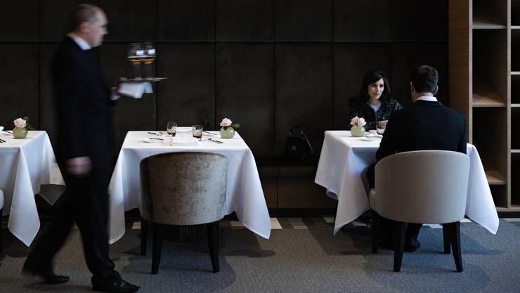 «Peter Moser überzeugt mit klassisch inspirierter Küche, die gelungen und nie übertrieben auch moderne Techniken und Texturen aufgreift. Er kocht elegant und angenehm reduziert, bringt die einzelnen Komponenten schön zur Geltung. Ebenso niveauvoll das hochwertige Interieur und der kompetente Service.»