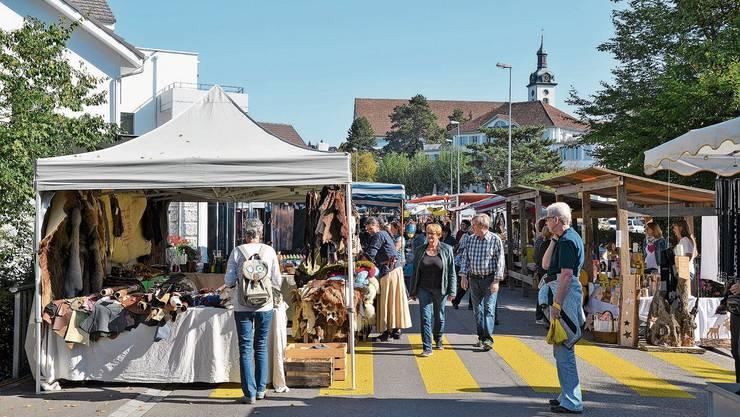 Der Wohler Markt entlang der Bünzstrasse lockt zweimal im Jahr jeweils zahlreiche Besucher an.