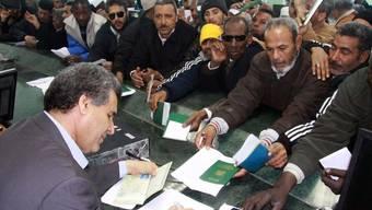 Libyer stehen in einer Bank in Tripolis Schlange (Symbolbild)