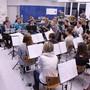 Die Musikgesellschaften Oberentfelden und Gansingen bei einer gemeinsamen Probe in der Mehrzweckhalle Gansingen. mch