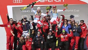Das Alpin-Team von Swiss-Ski hat Grund zum Jubeln - im Bild feiert die Frauen-Equipe den Doppelsieg von Lara Gut-Behrami und Corinne Suter in Crans-Montana
