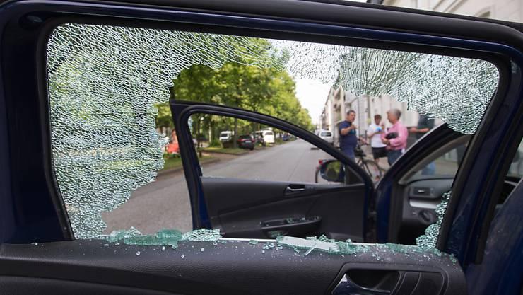 ARCHIV - Die eingeschlagene Scheibe eines Autos im Hamburger Stadtteil Altona. Foto: Friso Gentsch/dpa
